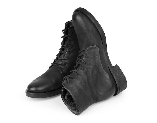 Buty z czarnej skóry na białym tle