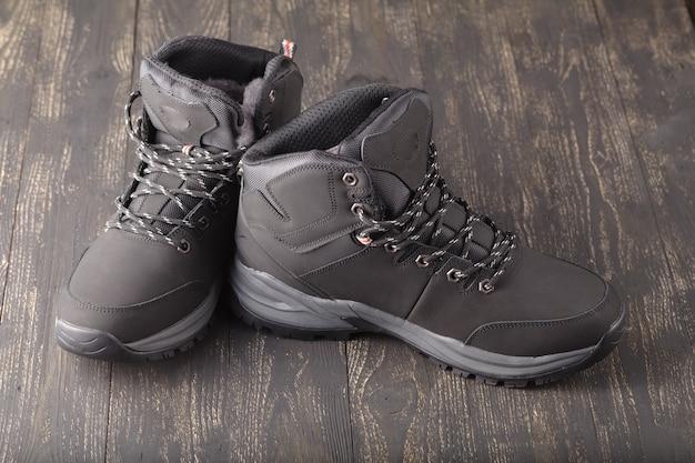 Buty zimowe buty na drewnianej powierzchni