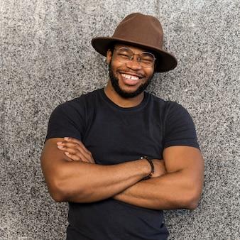 Buźka african american człowieka w okrągłych okularach