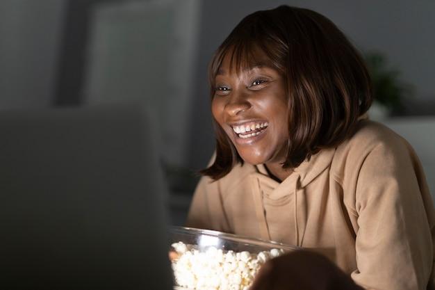 Buźka afroamerykanka oglądająca netflix w domu