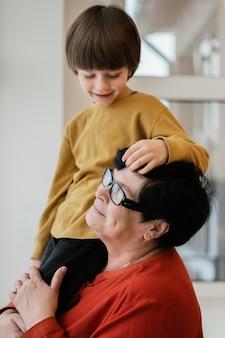 Buźka babcia i wnuk razem w domu