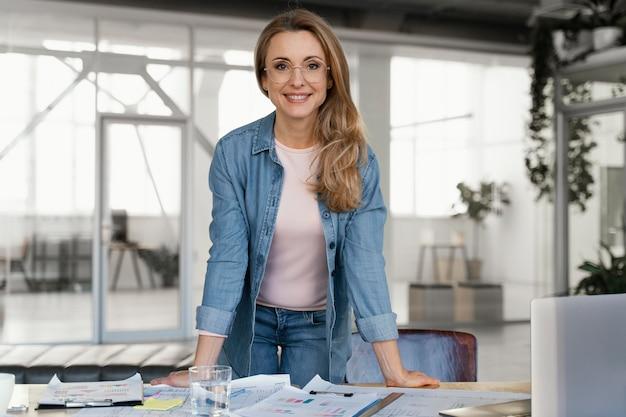 Buźka bizneswoman pozuje w pracy