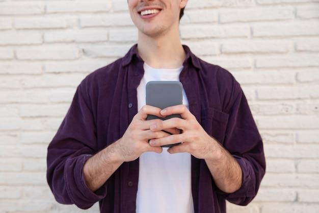 Buźka człowieka posiadającego smartphone
