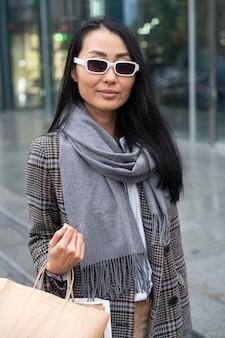 Buźka kobieta nosi okulary przeciwsłoneczne