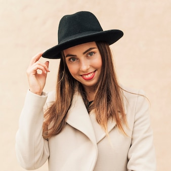 Buźka kobieta trzyma kapelusz