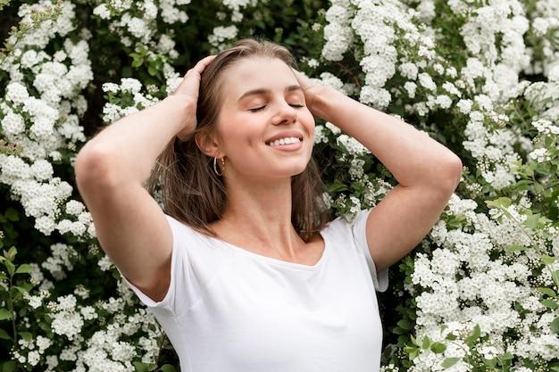 Buźka kobieta z kwiatami za
