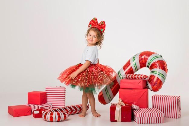 Buźka małe dziecko otoczone świątecznymi elementami