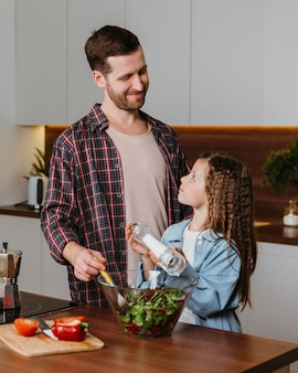Buźka ojciec z córką przygotowuje jedzenie w kuchni