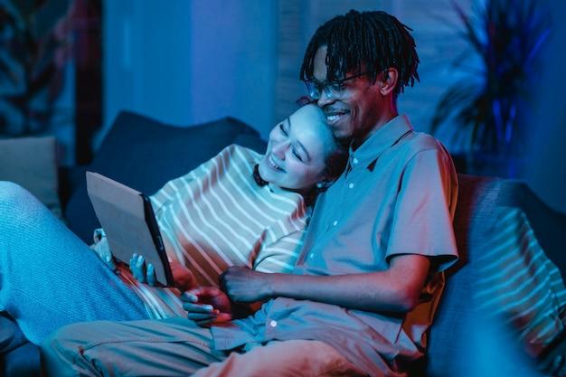 Buźka para na kanapie za pomocą tabletu