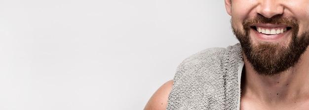 Buźka przystojny mężczyzna pozuje bez koszuli z miejsca na kopię