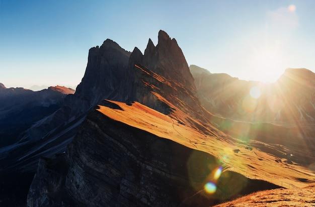 Bycie tam zapiera dech w piersiach. znakomity krajobraz majestatycznych gór dolomitu seceda w ciągu dnia