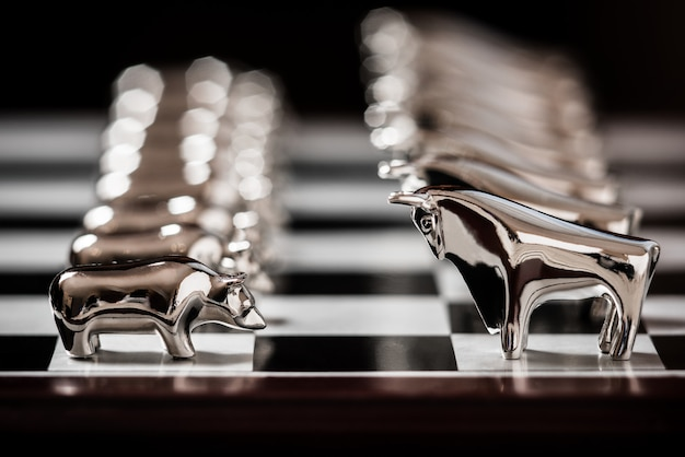 Byk i niedźwiedź na szachownicy