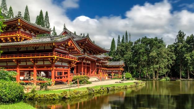 Byodo w japońskiej świątyni ze stawem i błękitne niebo w kaneohe na hawajach