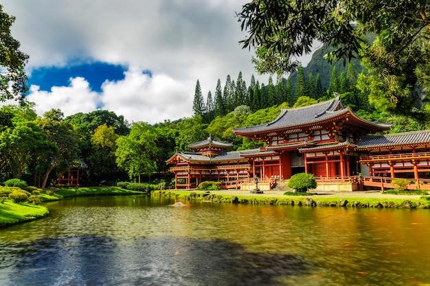 Byodo w japońskiej świątyni ze stawem z przodu, wyspa oahu na hawajach