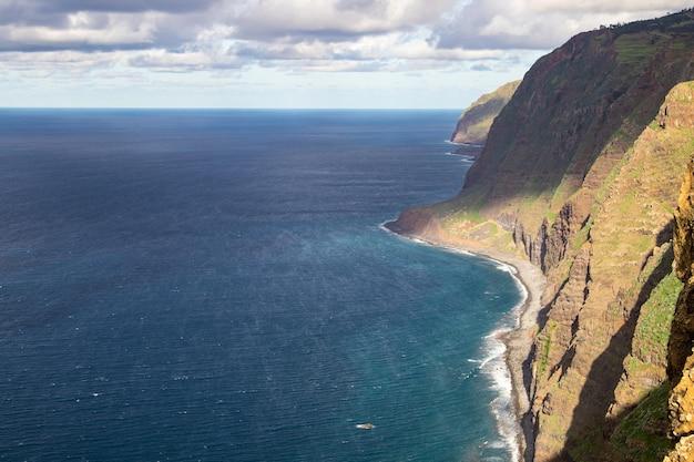 Cabo da roca. klify, skały, fale i chmury na wybrzeżu oceanu atlantyckiego w sintrze w portugalii