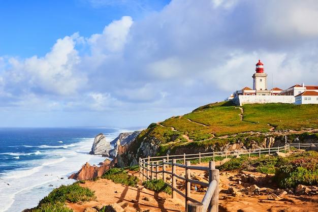 Cabo da roca, portugalia. latarnia morska i klify nad oceanem atlantyckim, najbardziej wysuniętym na zachód punktem kontynentu europejskiego.