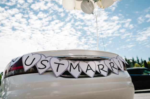 Cabrio, kabriolet samochód retro z balonami i tekstem. just married