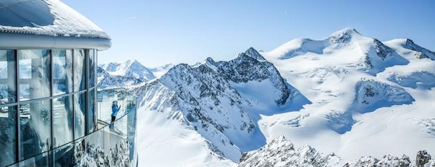 Cafe 3440 na lodowcu pitztal. najwyższa kawiarnia w austrii na szczycie góry w tyrolu.