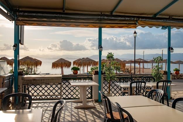Cafe corfu wyspa w pobliżu wybrzeża.
