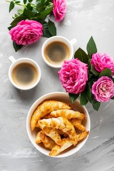 Caffe espresso i mini rogaliki