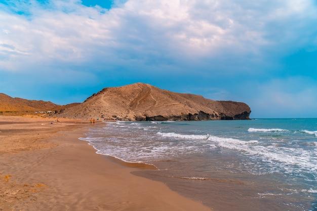 Cala de la media luna pewnego letniego popołudnia w parku przyrody cabo de gata, nijar, andaluzja. hiszpania, morze śródziemne