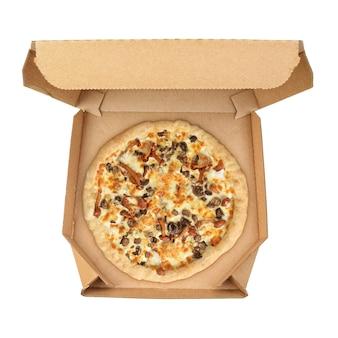 Cała pizza z grzybami miodowymi w pudełku z tektury falistej na wynos na białym tle.