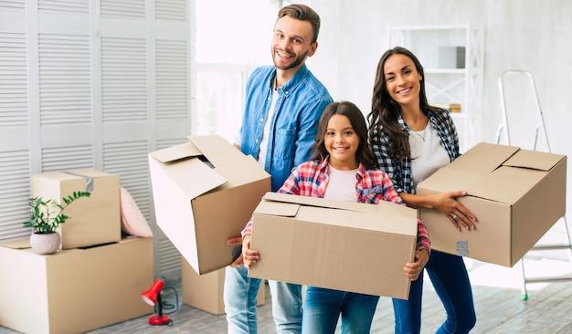 Cała rodzina nie może się doczekać udekorowania i wyposażenia swojego nowego domu przedmiotami znajdującymi się w pudłach, które zamierzają rozpakować