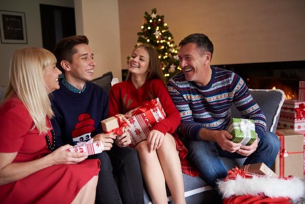 Cała rodzina siedzi na sofie