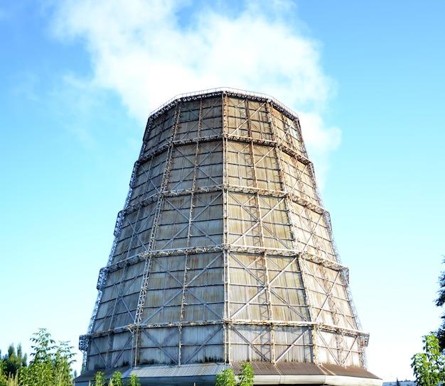 Cała rura do chłodzenia elektrowni wodnych na czystym, błękitnym niebie