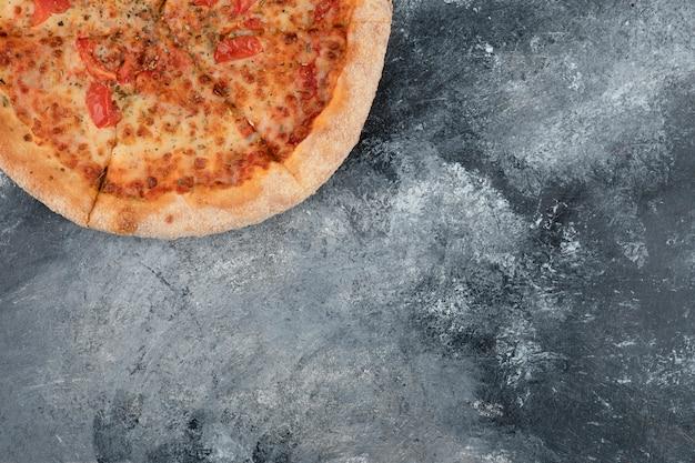 Cała smaczna pizza margherita ułożona na marmurowej powierzchni. wysokiej jakości ilustracja 3d