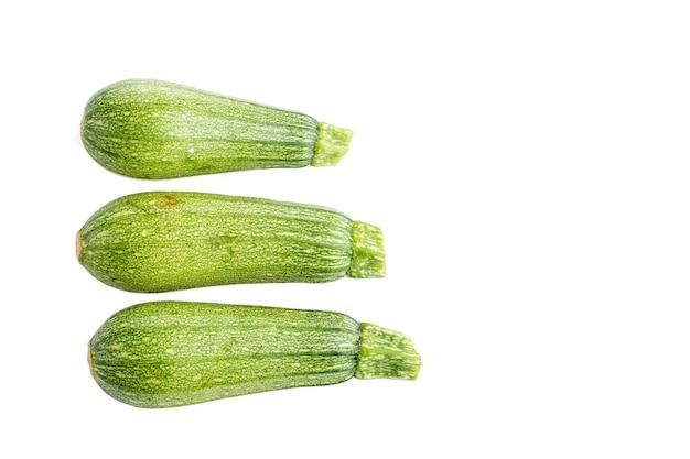 Calabacitas o calabacines con fondo blanco dia mundial del vegano