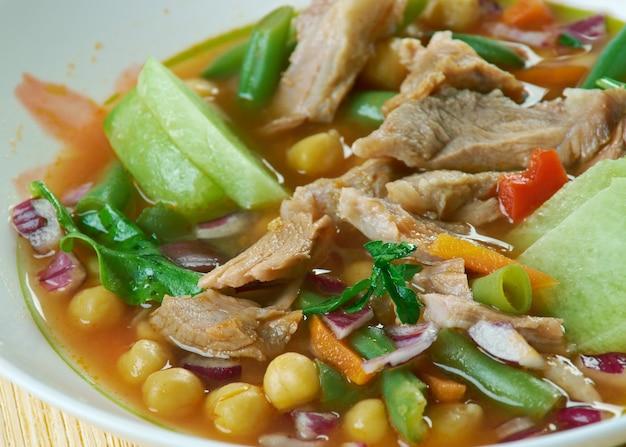 Caldo tlalpeno tradycyjne danie z meksyku z mięsem, ciecierzycą, marchewką i fasolką szparagową