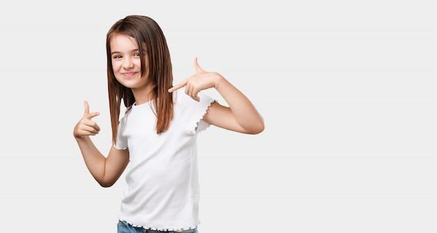 Całe ciało dziewczynka dumny i pewny siebie, wskazując palcami, przykład do naśladowania