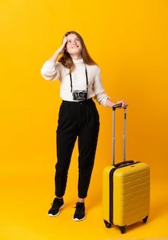 Całe ciało nastolatka podróżnika z walizką śmiechem