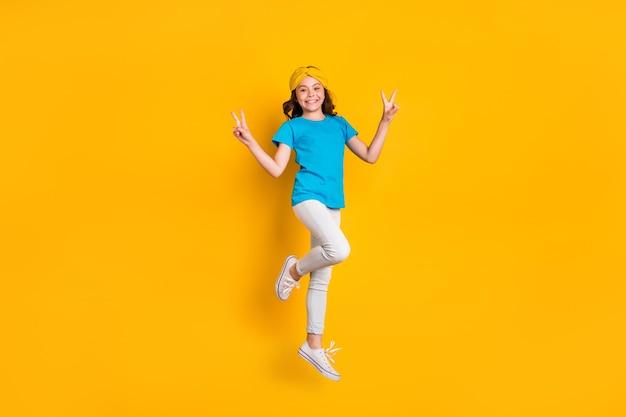 Całe ciało zabawna dama skacząca wysoki pokaz vsign