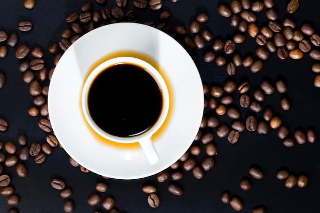 Całe i aromatyczne ziarna kawy rozrzucone w chaotycznym porządku