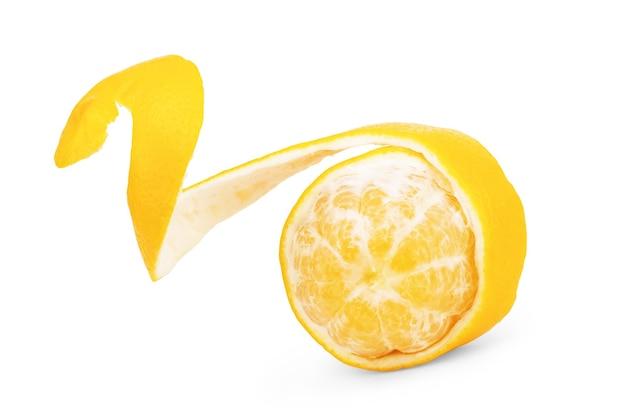 Całe i pół owoce cytryny na białym tle