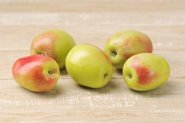 Całe jabłka na drewnianym