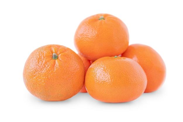 Całe mandarynki na białym tle