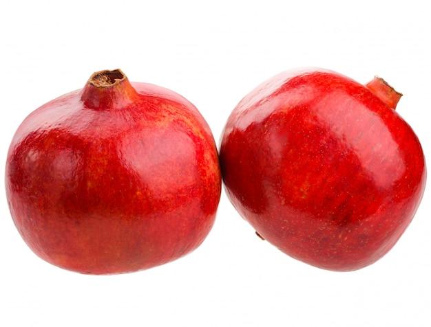 Całe owoce granatu na białym tle