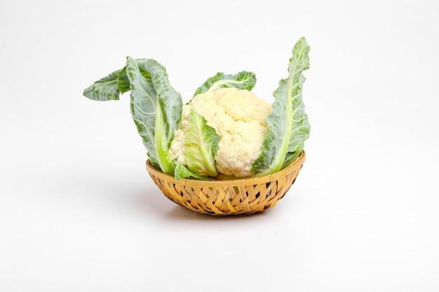 Całe surowe kalafior, całe warzywa, na białym tle na białej powierzchni