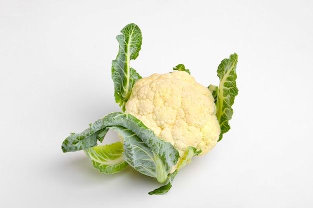Całe surowe kalafior, całe warzywa, na białym tle