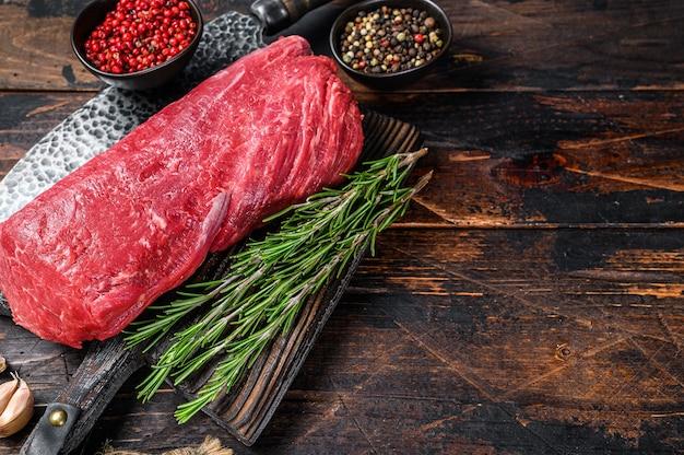 Całe surowe mięso cielęce na steki polędwica mignon na drewnianej desce do krojenia