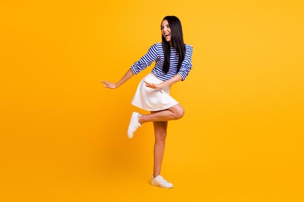 Całe zdjęcie ciała energicznej szalonej dziewczyny ciesz się funky letnią dyskoteką taneczną nosić dobre ubrania na białym tle nad połyskiem koloru tła