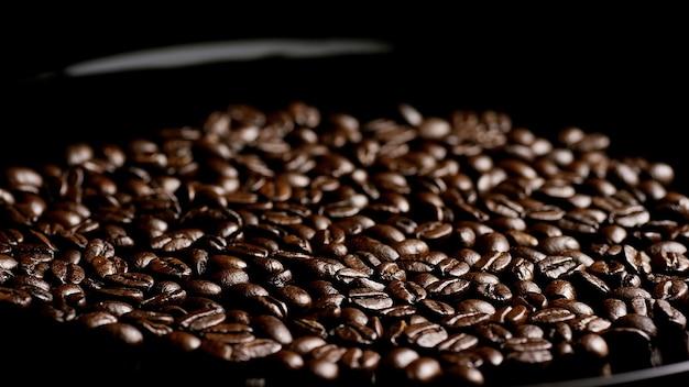 Całe ziarna kawy ciemne tło