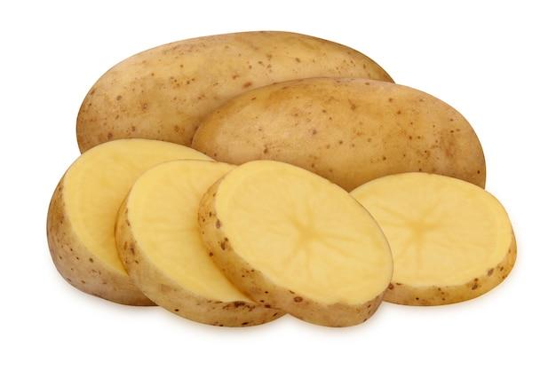 Całe ziemniaki i plastry ziemniaków na białym tle na białej powierzchni