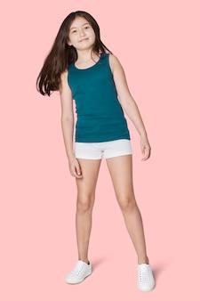 Całego ciała dziewczyna pozuje w niebieskim podkoszulku