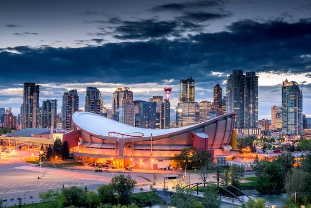 Calgary miasta linia horyzontu przy nocą, alberta, kanada