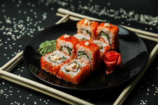 California roll krab ser śmietankowy imbir wasabi widok z boku