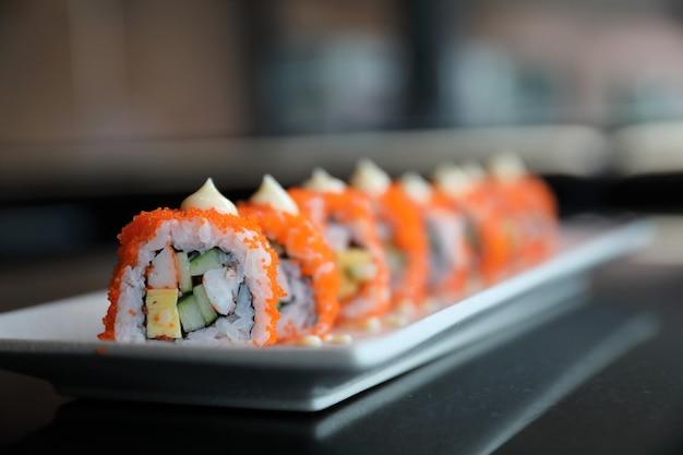 California roll sushi, roladka ryżowa z jajkiem z awokado i japońską rybą